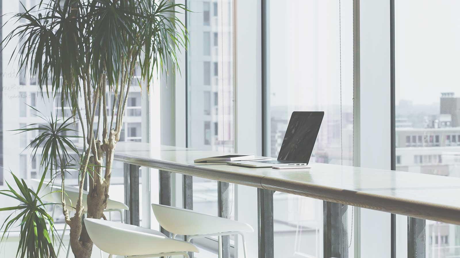 Oficina_con_ordenador_portátil
